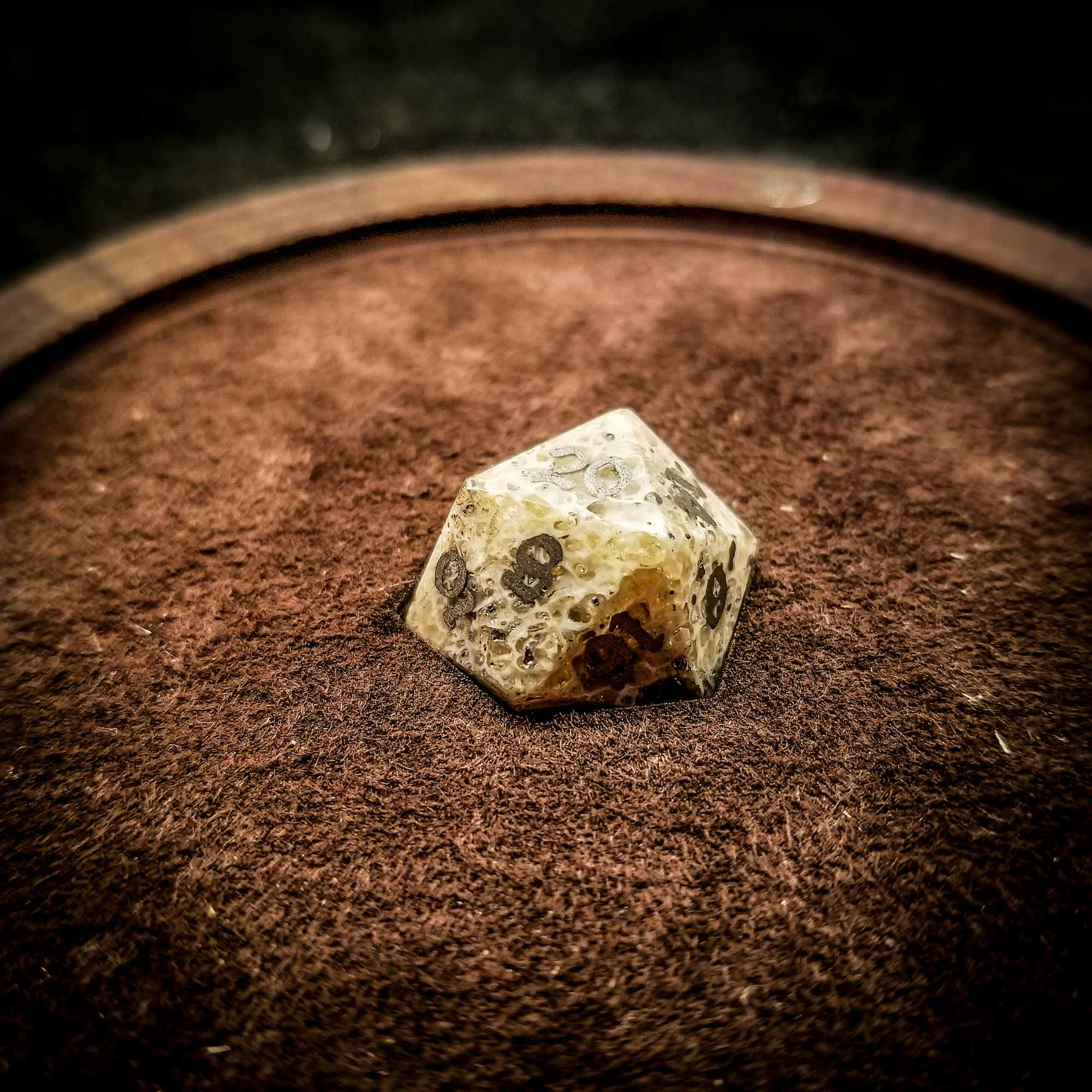 Momento mori d20 in box square